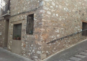 Acceso principal con fachada en piedra