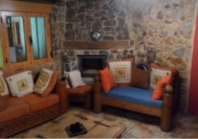 Sala de estar tradicional con chimenea en la esquina