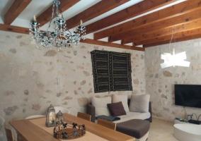Acceso a la terraza con mesa y sillas de madera