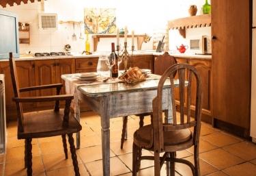Cocina con mesa de madera y sillas