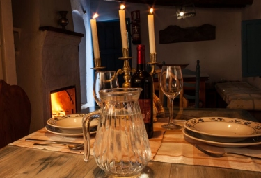 Cocinay chimenea con mesa de madera y vajilla
