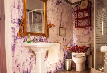 Aseo con ducha y espejo con marco de madera