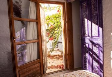 Dormitorio de matrimonio con colores y salida al exterior