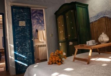 Dormitorio de matrimonio con desayuno sobre la cama