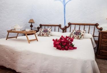 Dormitorio doble con un par de camas juntas y desayuno
