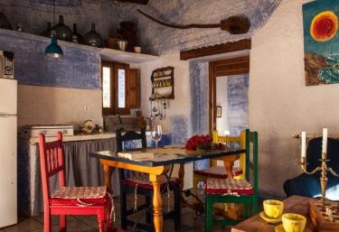 Cocina con mesa y sillas de colores
