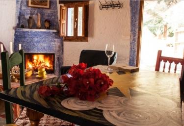 Sala de estar amplia con vistas de la chimenea y la mesa pintada