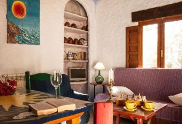 Sala de estar con mesa auxiliar y zona para comer