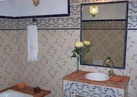 Aseo con detalles de flores sobre el lavabo