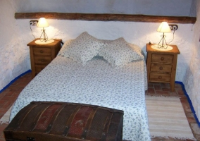 Dormitorio de matrimonio con detalles en madera