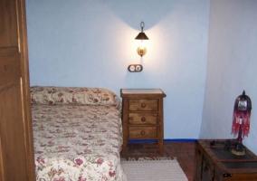 Dormitorio individual con colcha de flores