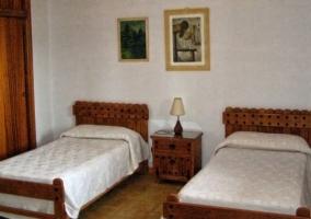 Dormitorio doble con cabeceros de madera como las mesillas