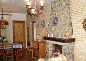 Sala de estar con chimenea de piedra en planta superior