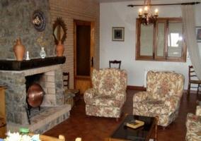 Sala de estar con chimenea de piedra