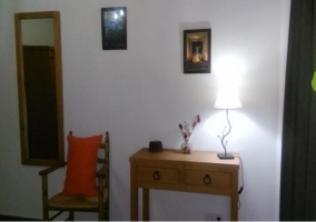 Dormitorio de matrimonio con robusto cabecero y escritorio