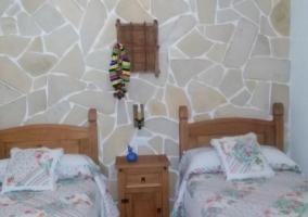 Dormitorio doble con cabecero de madera y mesillas en madera con cajones