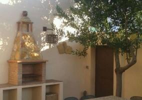 Vistas del patio en el exterior con barbacoa y su mesa