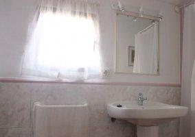 Dormitorio de matrimonio y vista del aseo