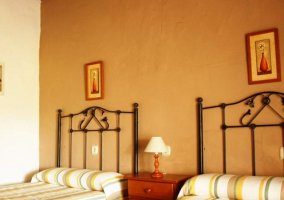 Dormitorio doble con colchas de rayas