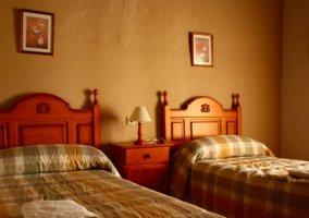 Dormitorio doble con toallas sobre la cama