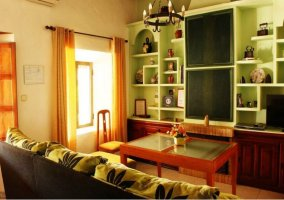 Sala de estar con chimenea y televisor en el frente