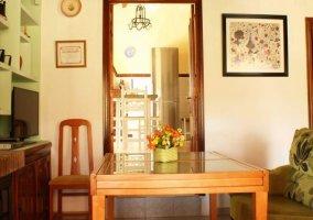 Sala de estar con sillones en color verde y mesa de madera