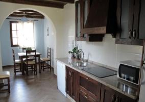 Cocina y mesa de comedor en madera con encimera