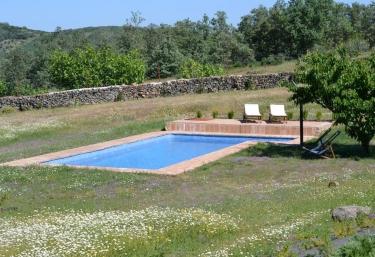 Casas rurales con piscina en garguera for Casas rurales en badajoz con piscina