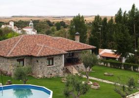 Fachada de la casa de piedra con jardín