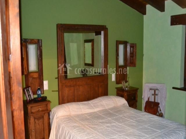 Dormitorio principal de matrimonio con detalle en verde