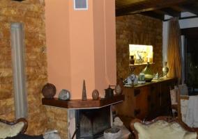 Sala de estar y comedor con la chimenea