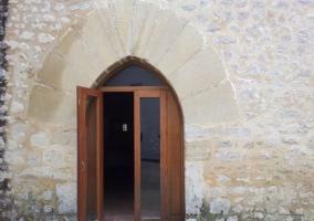 Acceso principal con puerta de madera