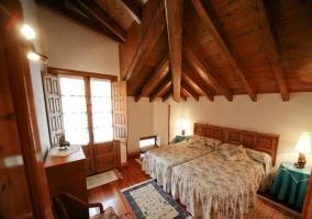 camas individuales en habitación grande