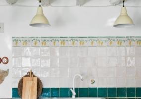 Cocina con encimera en azulejo