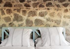 Dormitorio doble con paredes en piedra