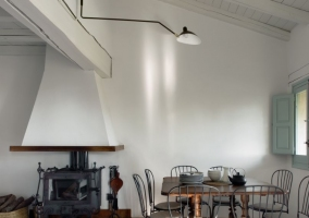 Sala de estar con chimenea y mesa al lado