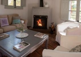 Sala de estar con mesa y sillones