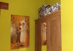 detalle armario y decoración habitación