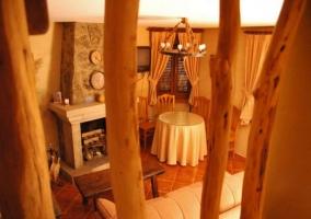 Sala de estar con chimenea en el frente principal