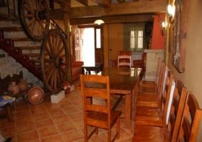 Sala de estar con mesa de madera amplia y escaleras