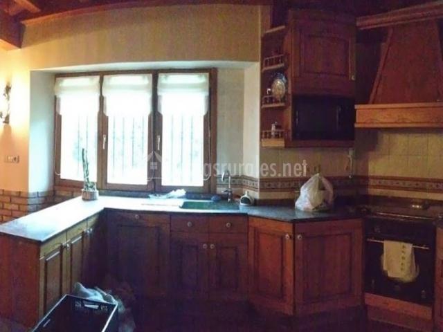 Cocina completa con muebles de madera y horno