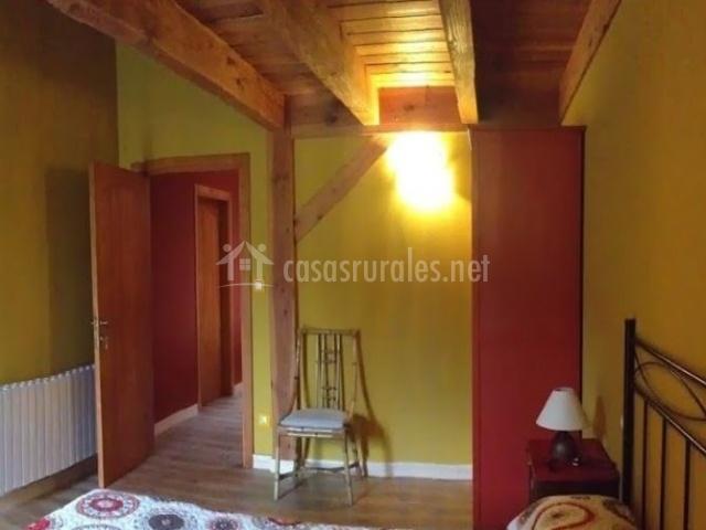 Dormitorio de matrimonio con detalles amarillos