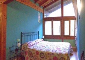 Dormitorio de matrimonio con edredones de colores
