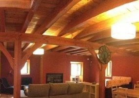 Sala de estar amplia con chimenea