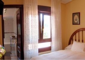 Dormitorio de matrimonio con su aseo y balcones