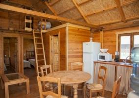 Acceso principal a la casita de madera
