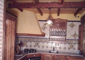 Cocina con azulejos y madera