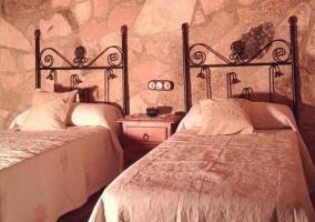 Dormitorio doble con colchas en blanco sobre las camas