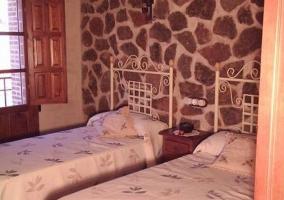 Dormitorio doble con pared de piedra original