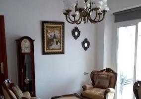 Sala de estar amplia con televisor de plasma